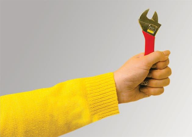 Mano de una persona sosteniendo una llave