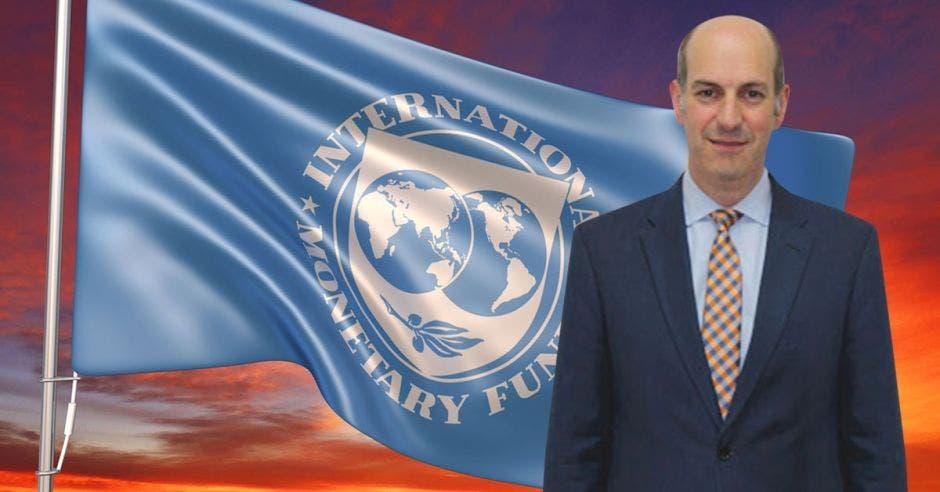 Hombre de traje frente a bandera del FMI