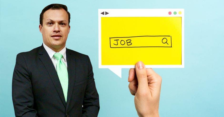 Guillermo Madriz, director ejecutivo del CCCN y una imagen de fondo de una mano buscando en internet trabajo