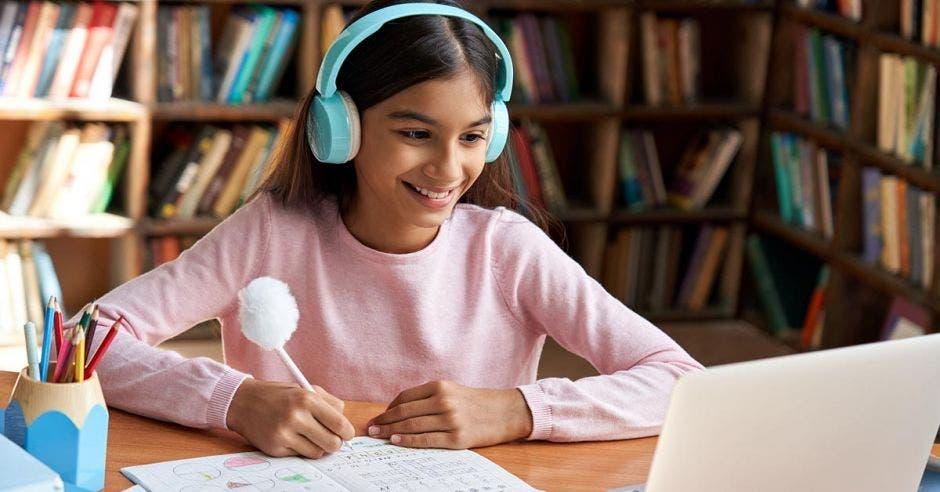 Niña recibiendo clases en línea