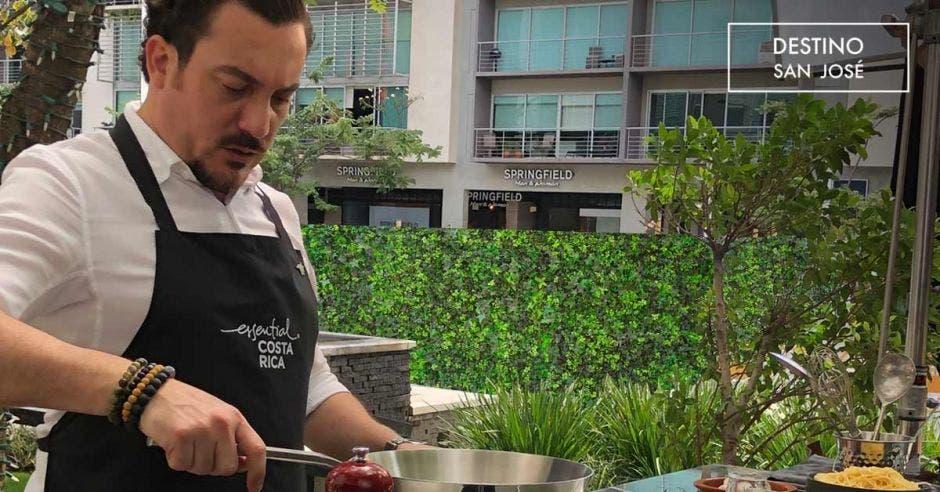 Vemos a Marco Antonio Ganoza cocinando