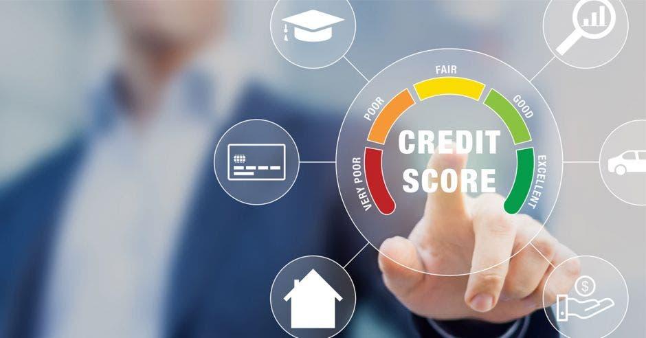 hombre señalando círculo que dice calificación crediticia junto a otros símbolos