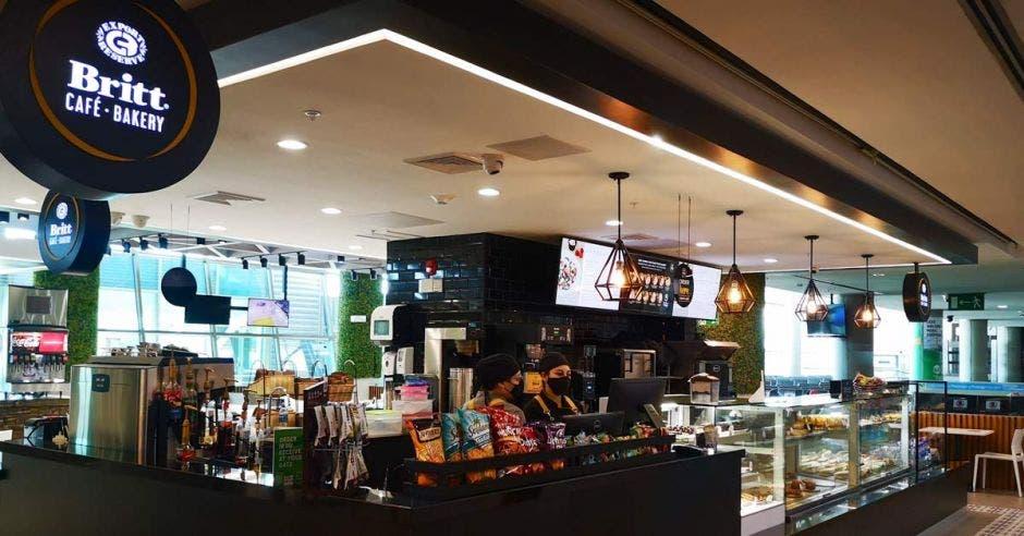 cafetería en medio de una terminal aeroportuaria
