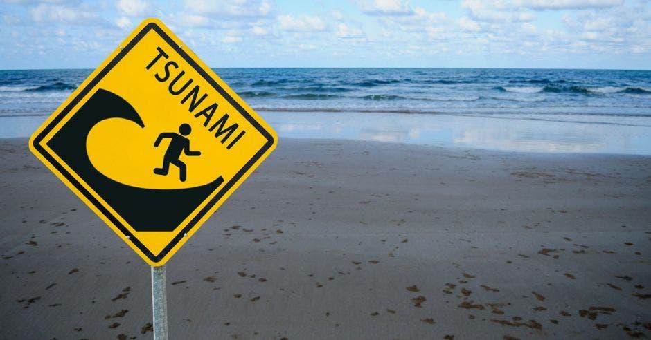 letrero de tsunami en la playa