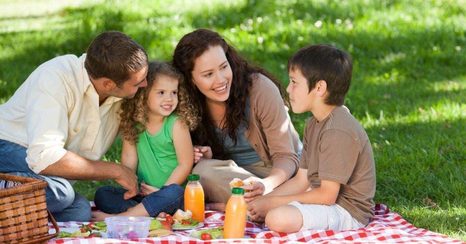 Una familia disfruta de un picnic al aire libre