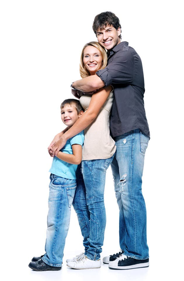 Padre, madre e hijo abrazándose