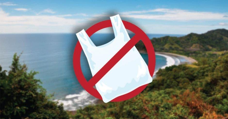 una bolsa de plástico sobre un fondo de naturaleza