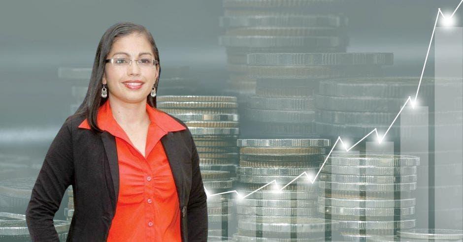 Mujer de rojo y negro frente a monedas
