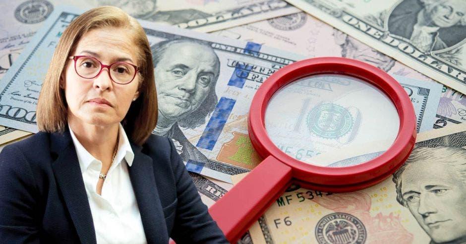 Mujer frente a la lupa y dólares