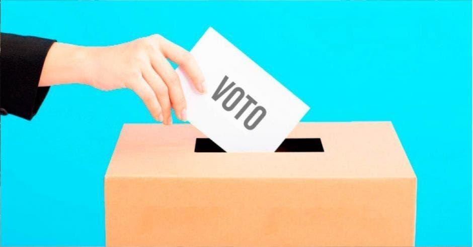 persona metiendo voto en urna electoral