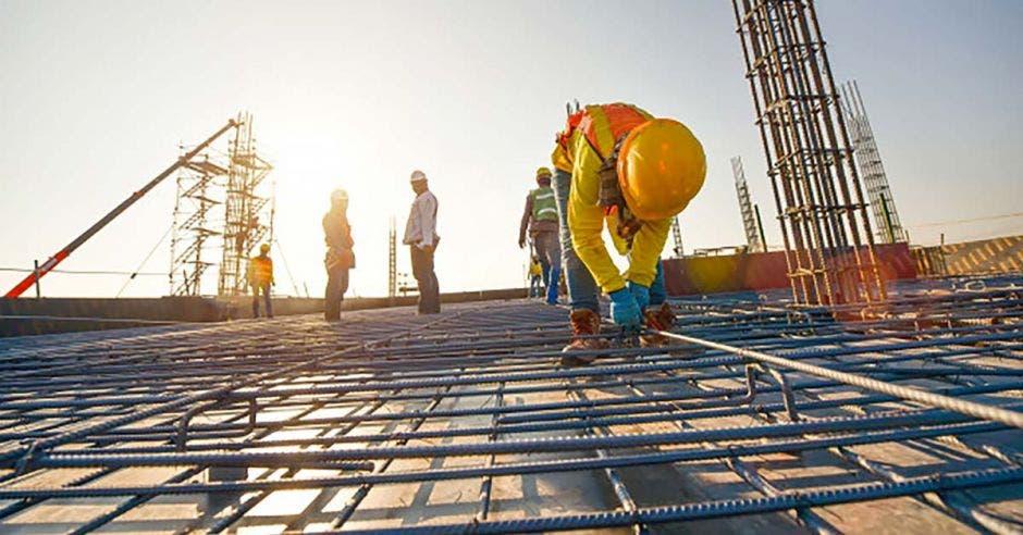 Operarios en una construcción vertical de oficinas