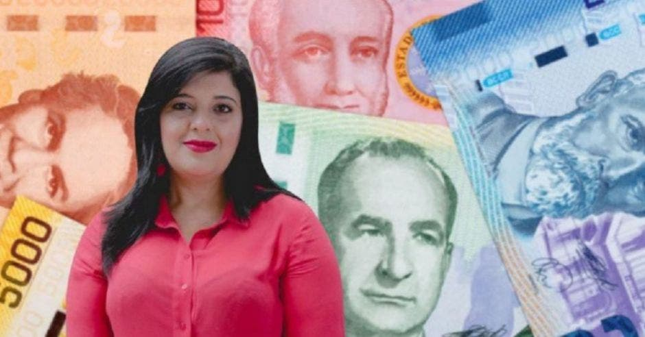 Mujer frente a billetes
