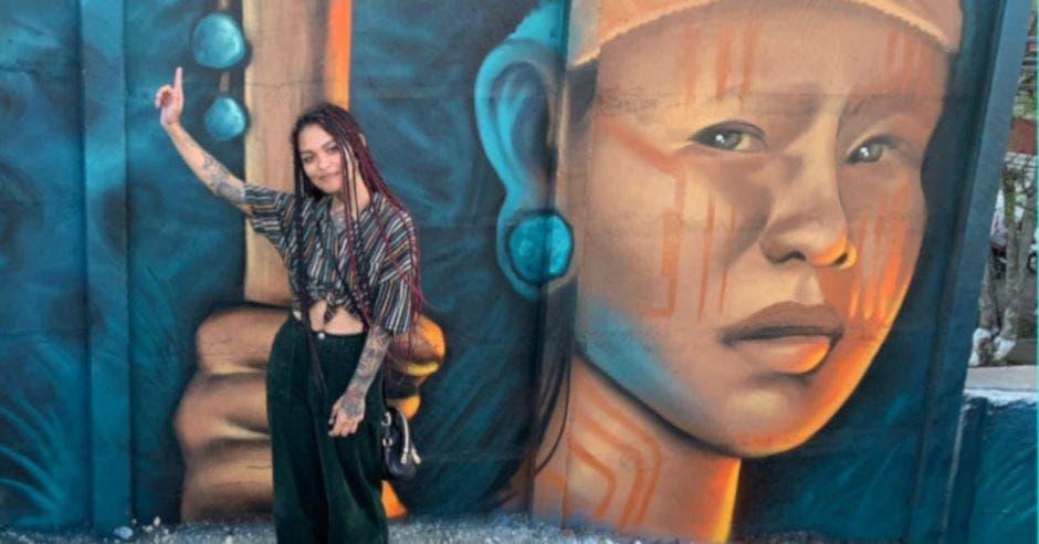 Artista con mural