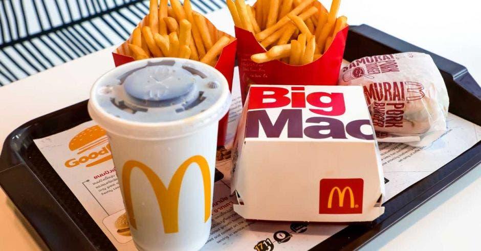 un combo de mcdonald's. Una Cocacola, papas y un big mac
