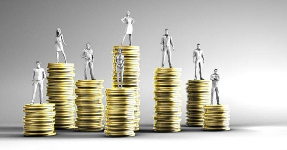 figuras blancas de personas sobre torres de monedas