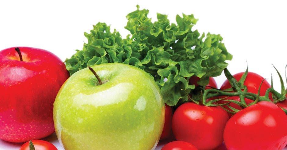 un conjunto de frutas y vegetales como manzanas, lechuga y tomate