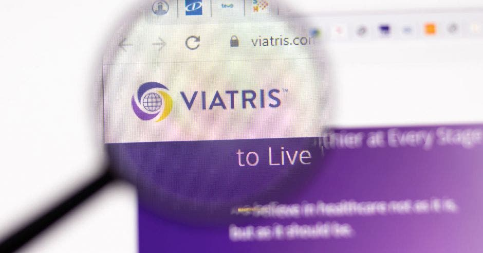 Página del sitio web de Viatris. Logotipo de Viatris.com en la pantalla de visualización