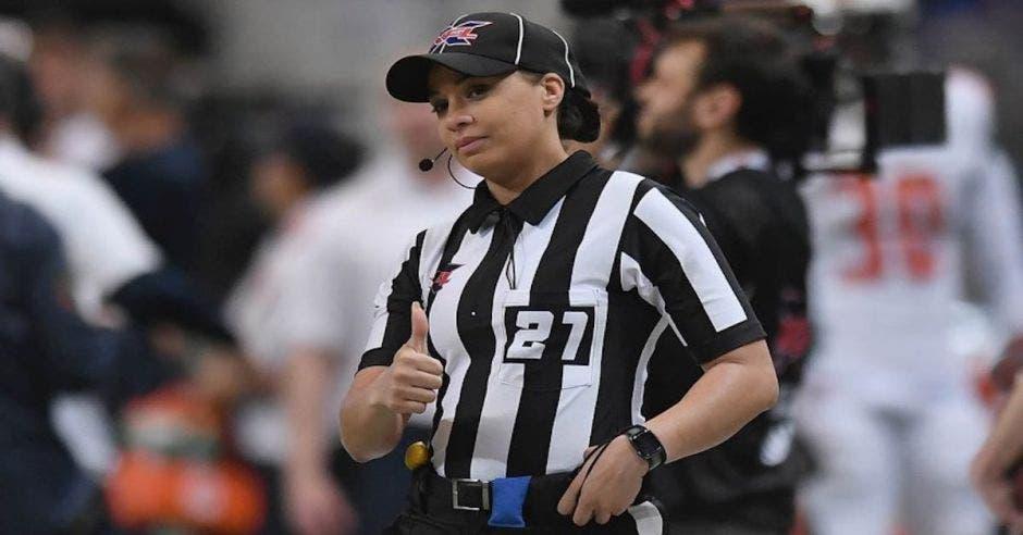 mujer negra árbitro de futbol americano
