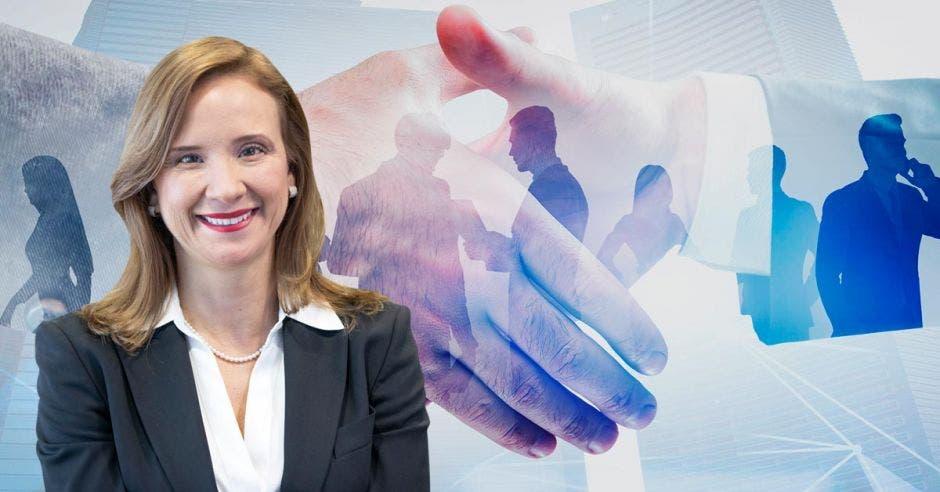 una mujer sonriente sobre un fondo de personas dándose la mano