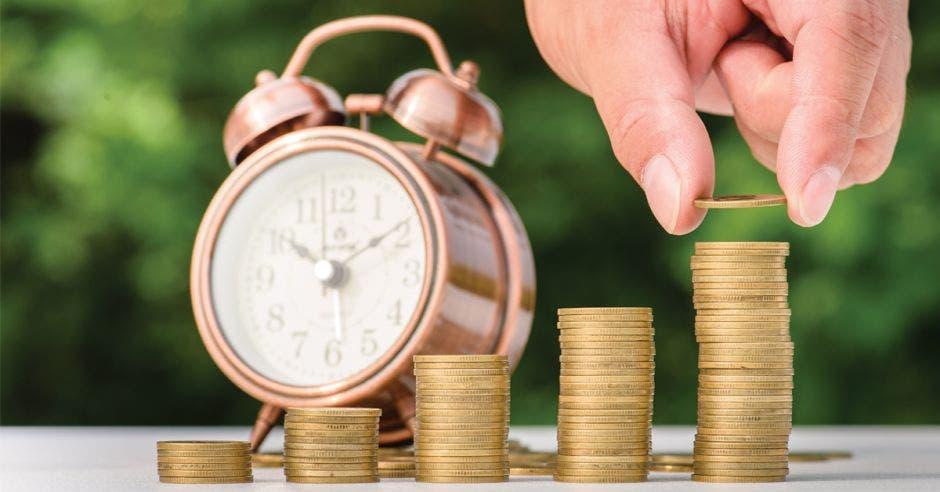 Reloj y columna de monedas