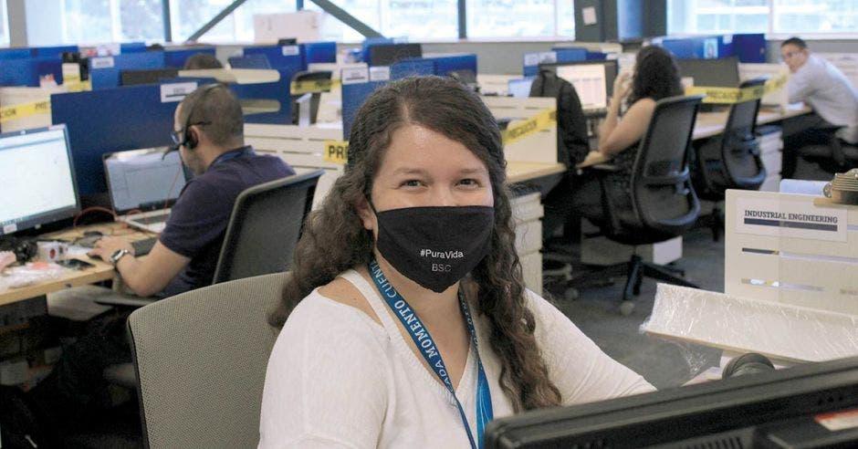Mujer con mascarilla trabajando