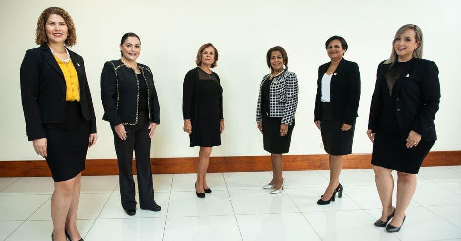 Foto con las mujeres que forman parte de la Junta Directiva del Colegio de Ciencias Económicas