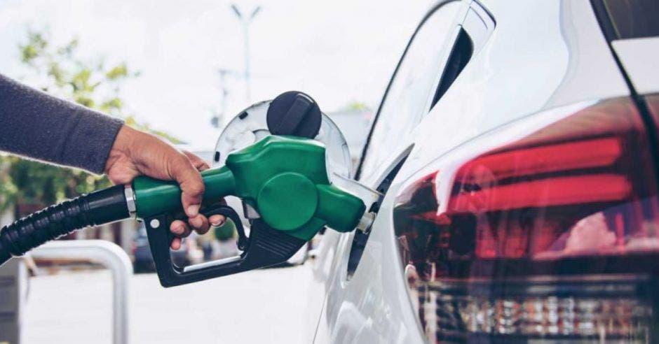 auto cargando combustible