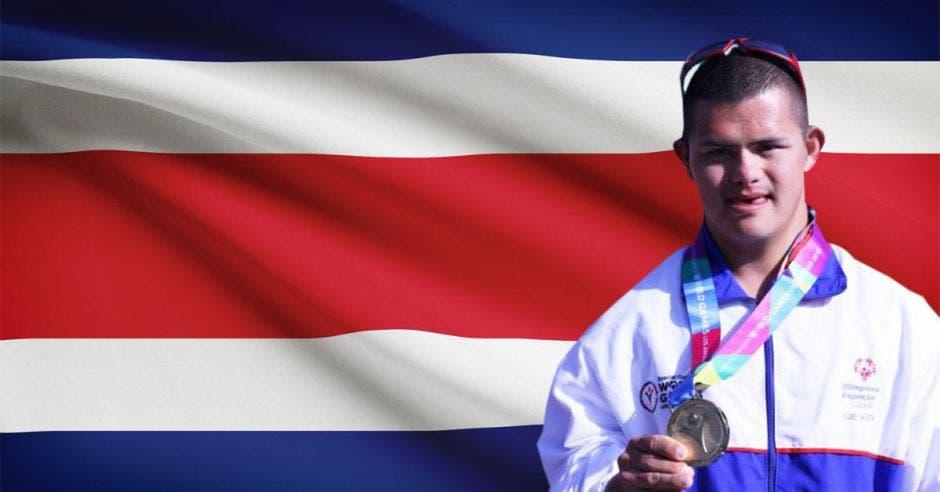 atleta con síndrome de Down y bandera de Costa Rica de fondo