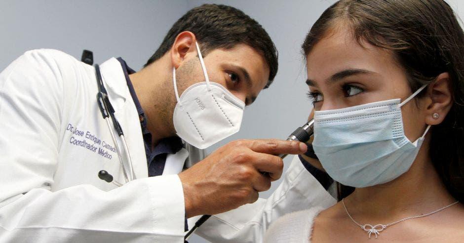El médico José Enrique Camacho haciendo un chequeo a una paciente