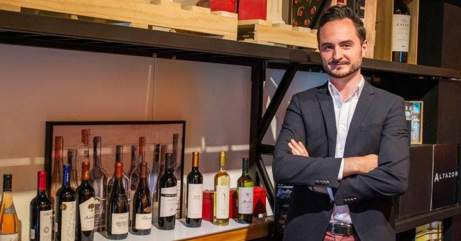 Hombre en tienda de vinos