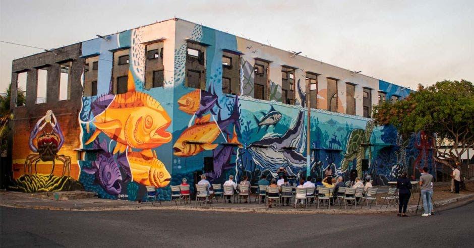 un mural con peces y mar