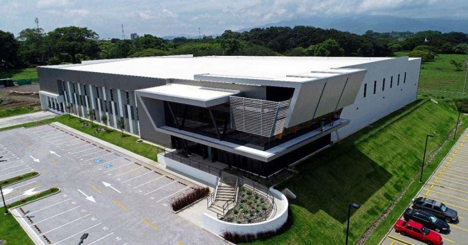 un edificio moderno con amplio parqueo