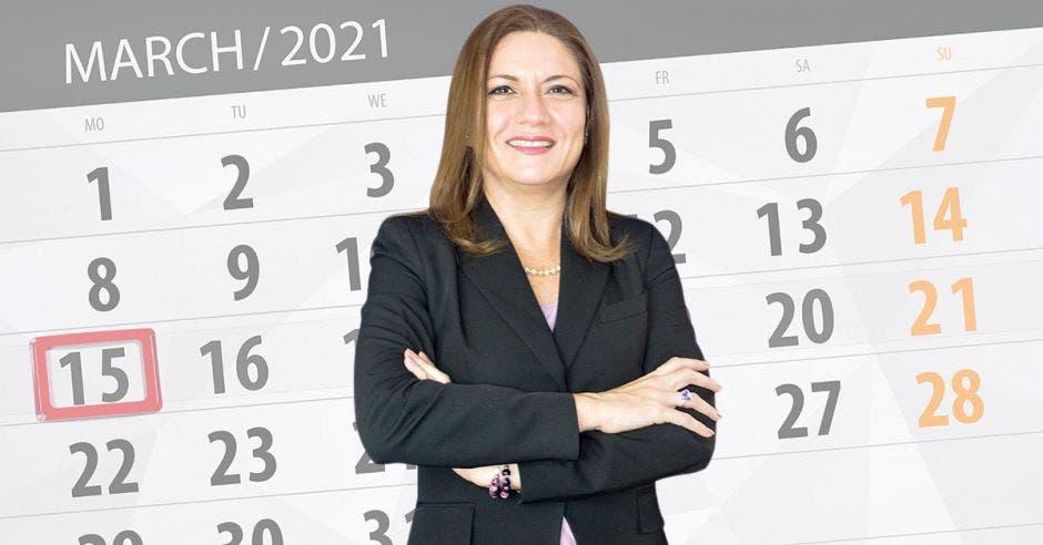 Mujer frente a calendario