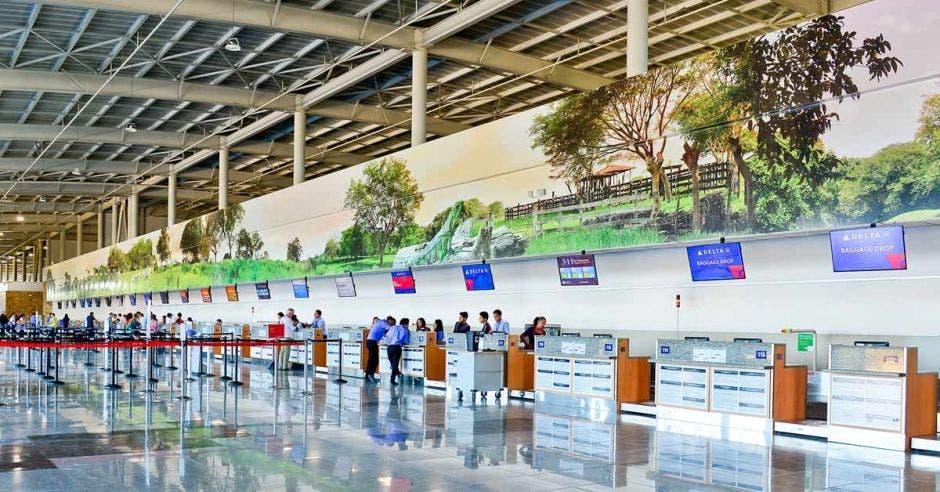 lobby de un aeropuerto de día