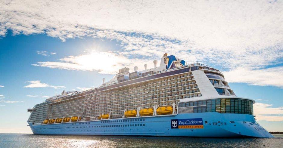un crucero de grandes dimensiones surcando aguas claras