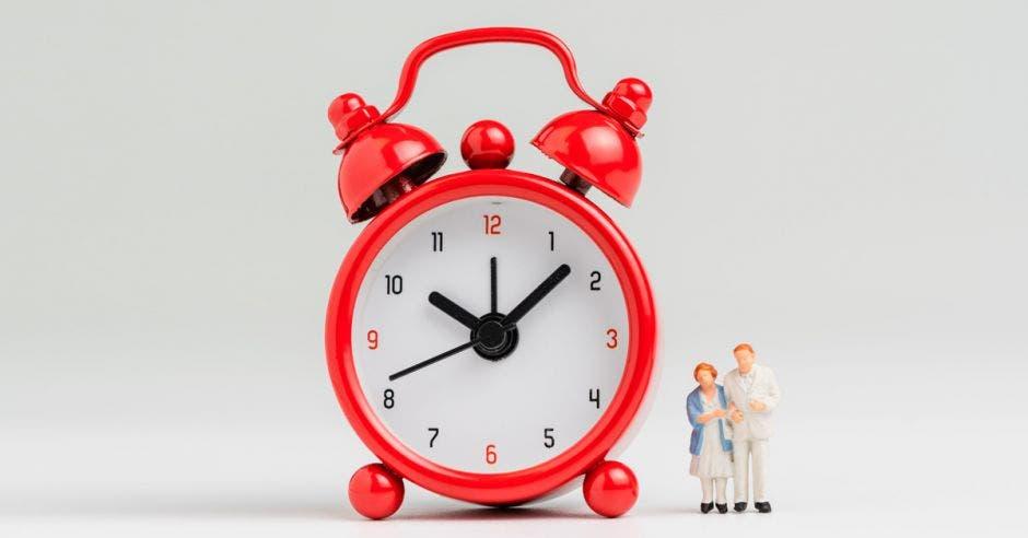 Reloj con muñecos de pareja adulta