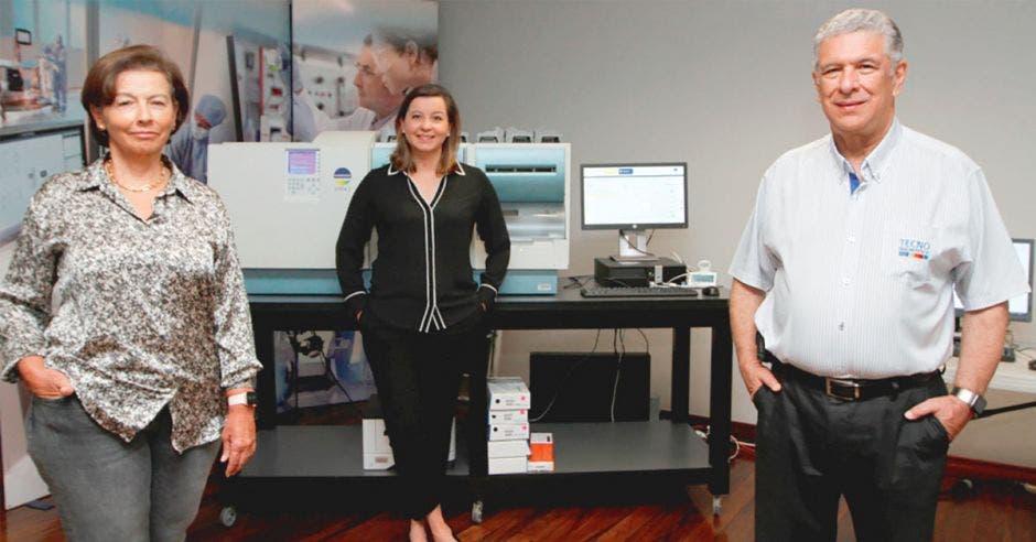 Alvaro Aguilar y Mayra Quesada, socios fundadores de Tecno Diagnóstica, y Carla Brenes, gerente general