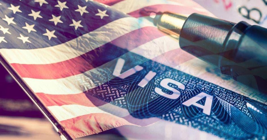 Documento de Visa de los Estados Unidos de América, con la bandera de los Estados Unidos en el fondo