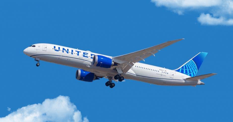 Un avión Boeing 787 de United Airlines en el cielo
