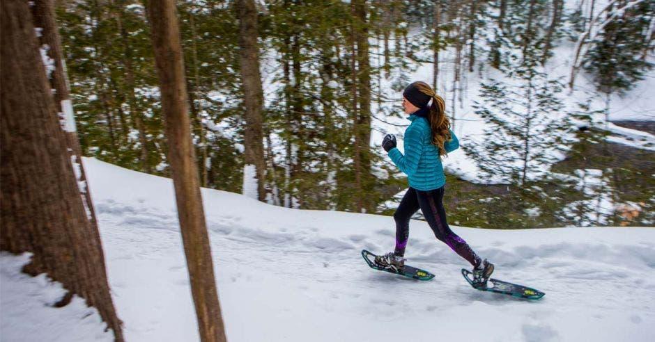 mujer haciendo caminata sobre nieve