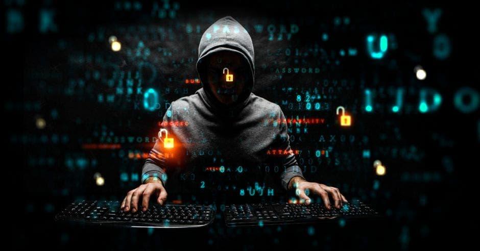 Hacker frente a computadora