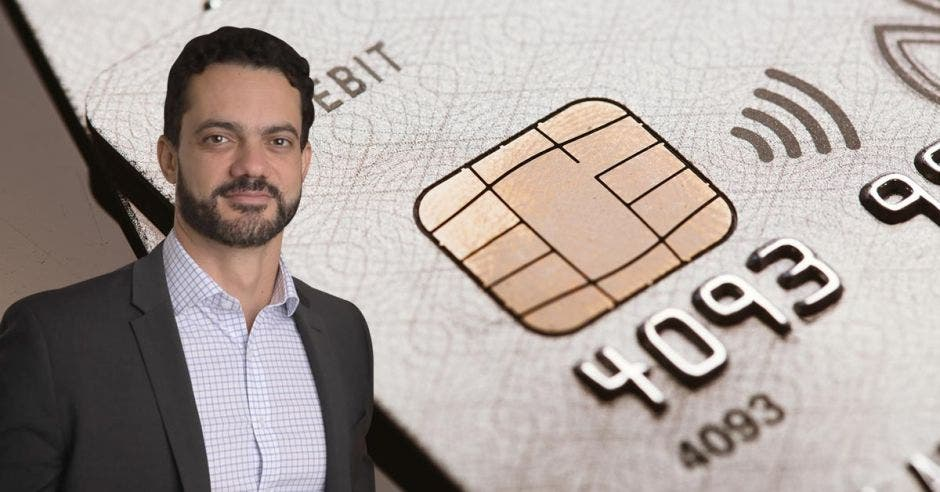 Hombre de traje frente a tarjeta de crédito