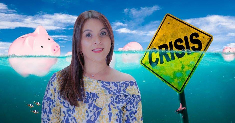 Mujer frente a fondo de agua y señal que dice crisis