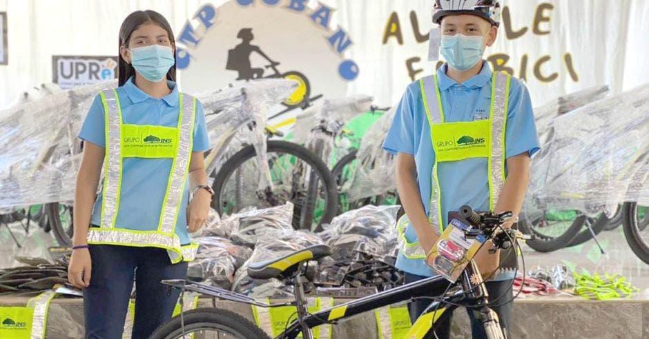 Dos estudiantes con unas bicicletas prestadas