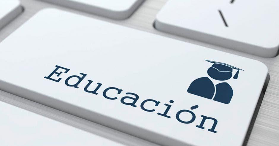Un teclado de una computadora destacada la palabra educación con un ícono de un graduando