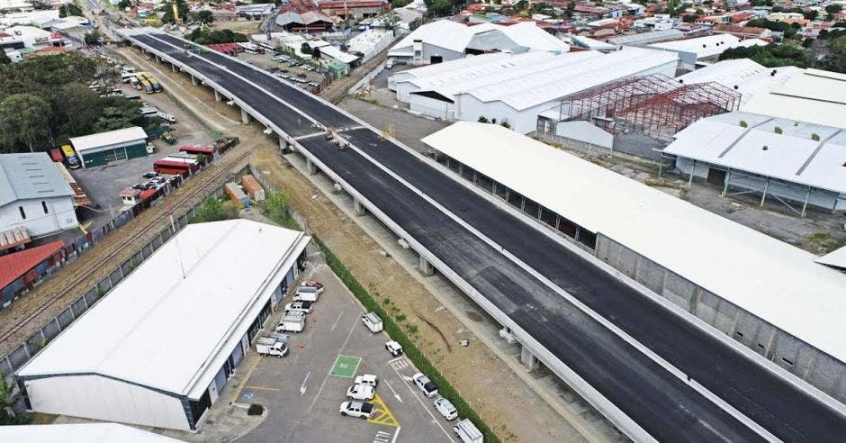 El viaducto es de dos carriles por sentido y une la ruta 32 con La Uruca.