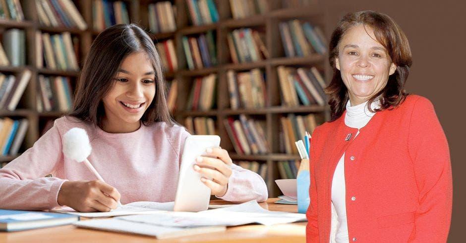 Isabel Román y al fondo una imagen de una estudiante con un celular y una biblioteca