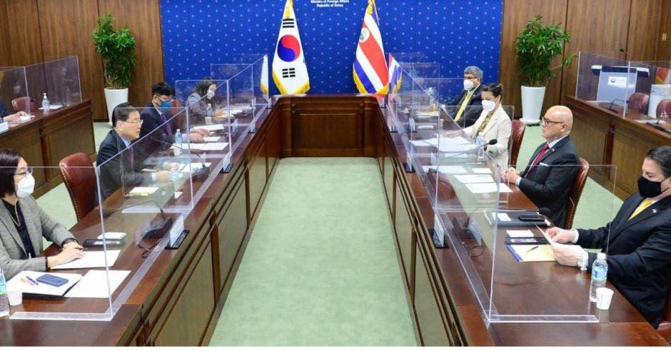 representantes de los gobierno de Corea y Costa Rica