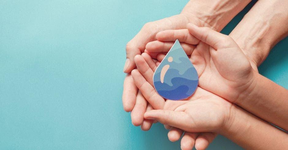 Varias manos sosteniendo una gota de agua