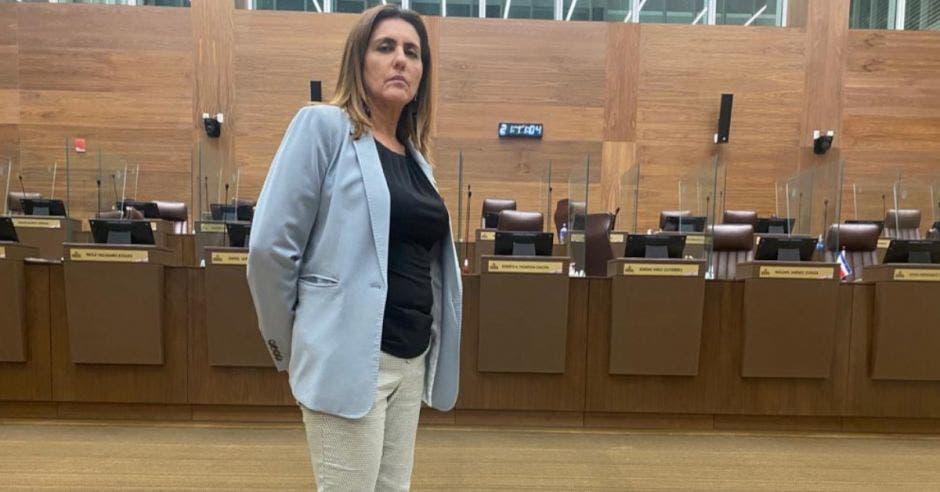 Nidia Céspedes, diputada de Nueva República, protestando descalza en el plenario en contra de proyecto de aborto libre